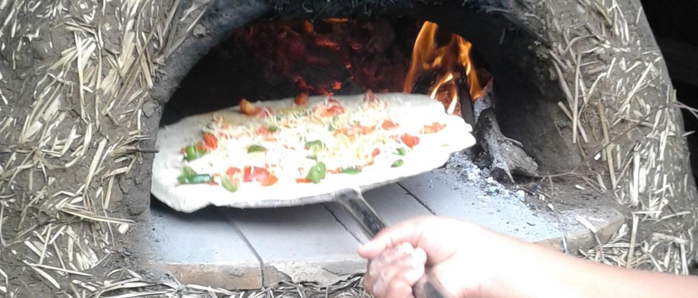 La pizza au four en terre-paille